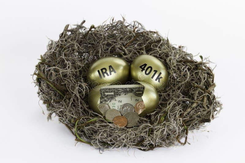 Χρυσά αυγά φωλιών ένα αυγό που σπάζουν με - IRA και 401k στοκ εικόνες