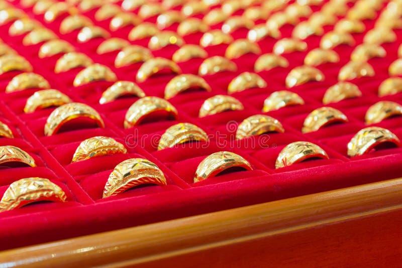 Χρυσά δαχτυλίδια πολυτέλειας στην κόκκινη φανέλα στοκ φωτογραφία με δικαίωμα ελεύθερης χρήσης