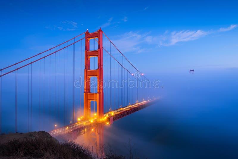 Χρυσά γέφυρα & σύννεφα πυλών στοκ φωτογραφία με δικαίωμα ελεύθερης χρήσης