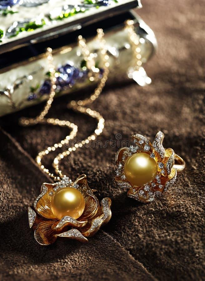 Χρυσά λεπτά κοσμήματα μαργαριταριών στοκ φωτογραφίες με δικαίωμα ελεύθερης χρήσης