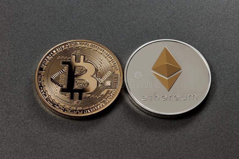 Χρυσά και ασημένια νομίσματα του crypto-νομίσματος σε ένα σκοτεινό υπόβαθρο χρυσή ιδιοκτησία βασικών πλήκτρων επιχειρησιακής έννο στοκ φωτογραφία με δικαίωμα ελεύθερης χρήσης