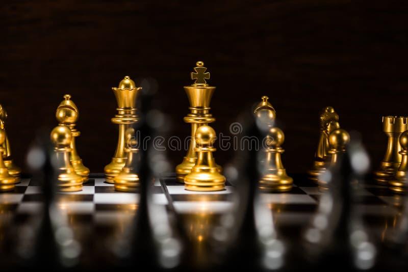 Χρυσά κομμάτια σκακιού σε μια σκακιέρα, έννοια επιχειρησιακής στρατηγικής στοκ εικόνες
