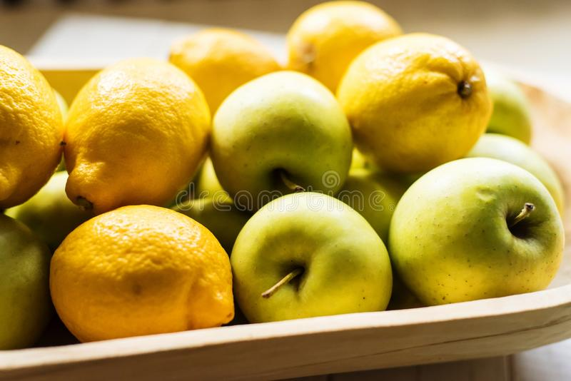 Χρυσά μήλα και λεμόνια στοκ εικόνα