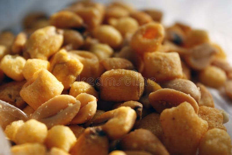 Χρυσά μικτά καρύδια, πρόχειρα φαγητά, τσιπ για την κινηματογράφηση σε πρώτο πλάνο μπύρας με την εκλεκτική εστίαση στοκ εικόνα με δικαίωμα ελεύθερης χρήσης