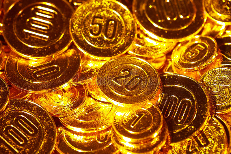 Χρυσά νομίσματα που συσσωρεύονται σε έναν σωρό του υποβάθρου στοκ εικόνες