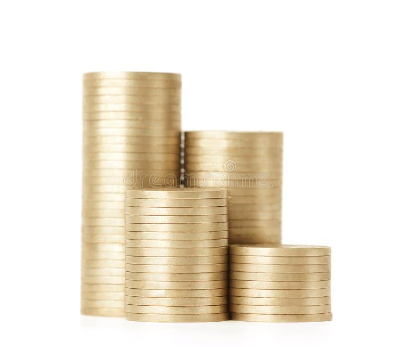 Χρυσά νομίσματα που τίθενται κάθετα στις στήλες, που απομονώνονται στο λευκό στοκ εικόνες με δικαίωμα ελεύθερης χρήσης