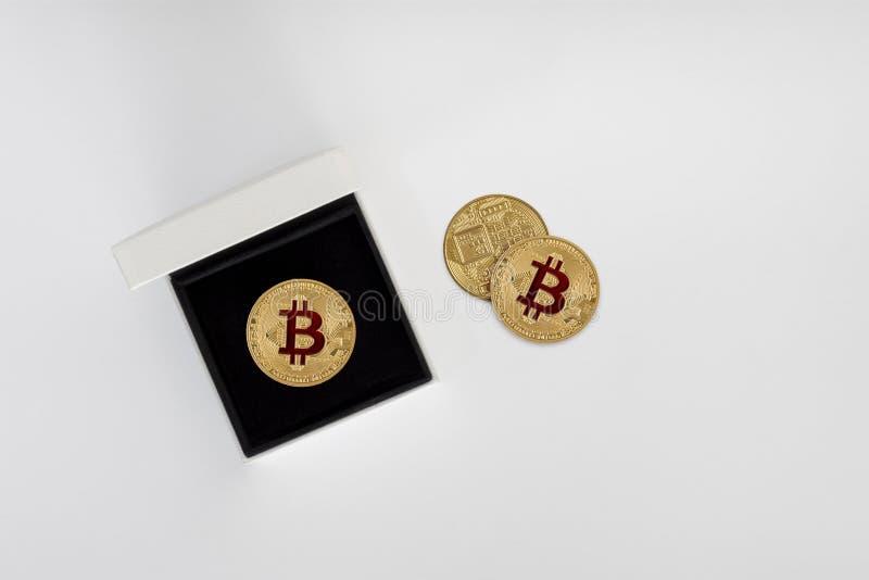 Χρυσά νομίσματα Bitcoin στο κιβώτιο δέρματος σε ένα γκρίζο υπόβαθρο στοκ εικόνα με δικαίωμα ελεύθερης χρήσης