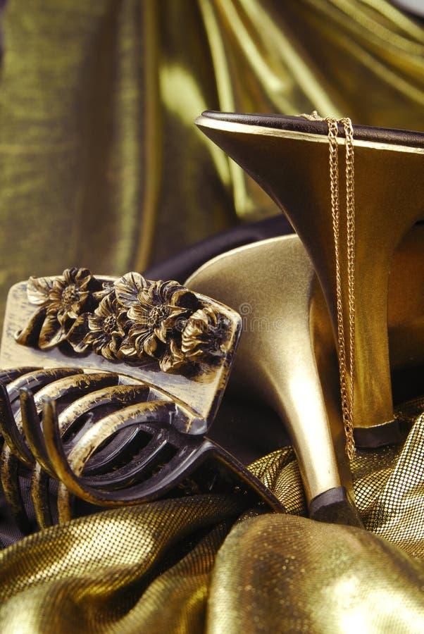 Download χρυσά παπούτσια κοσμήματ&omicro Στοκ Εικόνες - εικόνα από γοητεία, κόσμημα: 13175742
