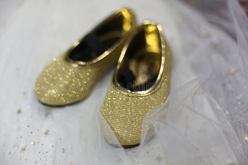 Χρυσά παπούτσια μωρών στοκ φωτογραφία με δικαίωμα ελεύθερης χρήσης