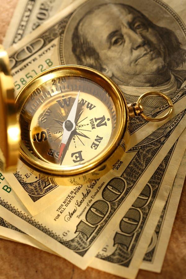 Χρυσά πυξίδα και χρήματα στοκ εικόνα