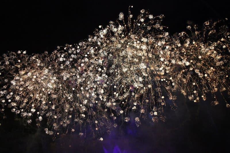 Χρυσά πυροτεχνήματα στον ουρανό με τους ασυνήθιστους σπινθήρες στοκ εικόνες
