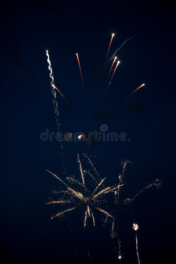 Χρυσά πυροτεχνήματα στον ουρανό στοκ εικόνες με δικαίωμα ελεύθερης χρήσης