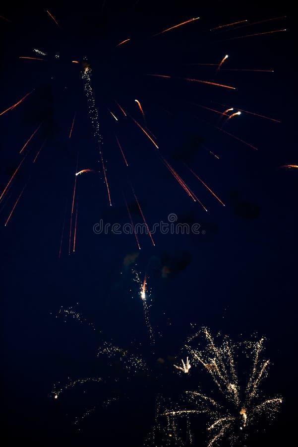 Χρυσά πυροτεχνήματα στον ουρανό στοκ εικόνες