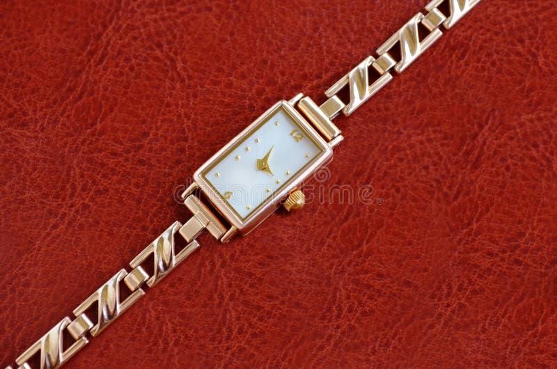 Χρυσά ρολόγια γυναικών στοκ εικόνα με δικαίωμα ελεύθερης χρήσης