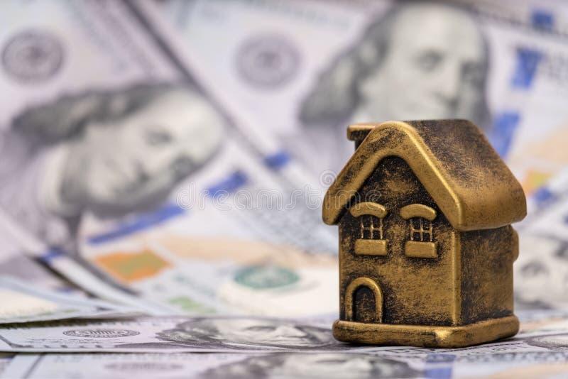 Χρυσά σπίτι και αμερικανικά δολάρια αναμνηστικών Υποθήκη έννοιας, δάνειο, υποχρέωση, οικονομικές επενδύσεις στην ακίνητη περιουσί στοκ εικόνες