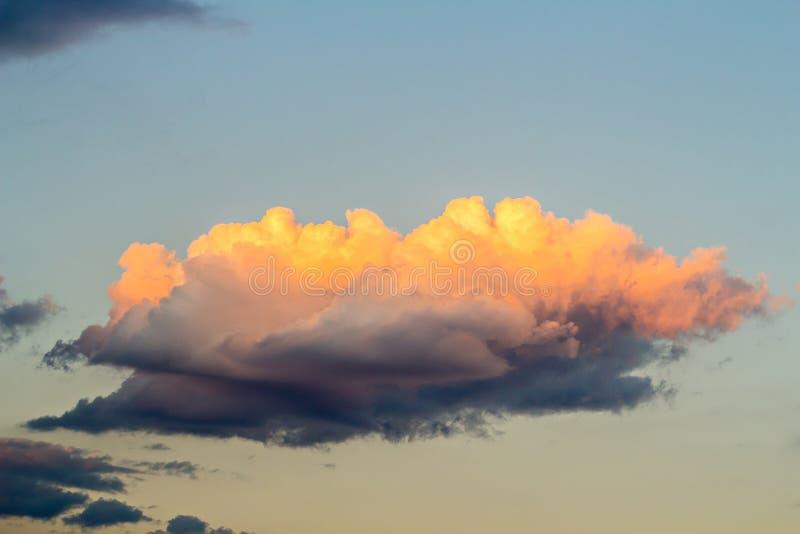 Χρυσά σύννεφα στο μπλε ουρανό στοκ εικόνες