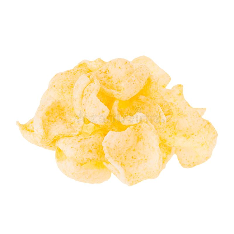Χρυσά τσιπ νιφάδων καλαμποκιού ριπών σωρών που απομονώνονται στο άσπρο υπόβαθρο στοκ φωτογραφία με δικαίωμα ελεύθερης χρήσης