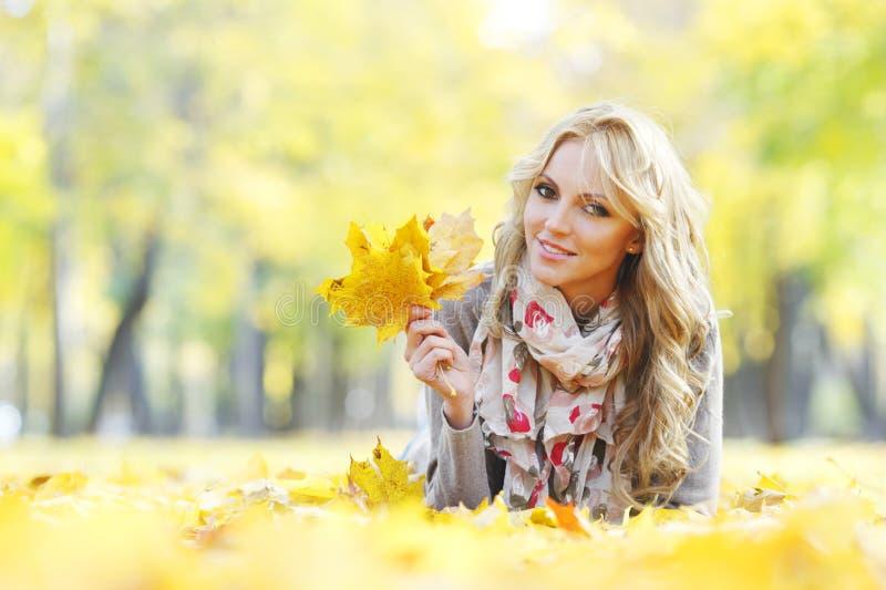 χρυσά φύλλα κοριτσιών brunette στοκ εικόνες με δικαίωμα ελεύθερης χρήσης