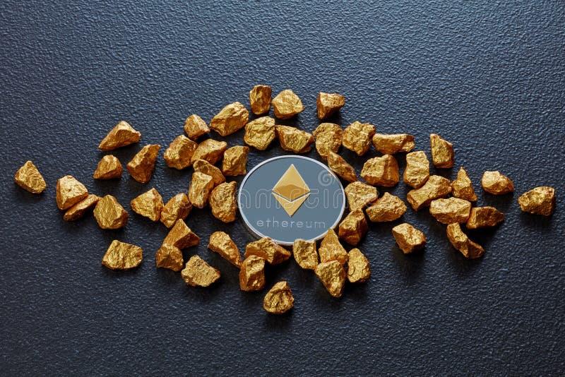 Χρυσά ψήγματα και νόμισμα Etereum σε ένα μαύρο συγκεκριμένο υπόβαθρο χρυσή ιδιοκτησία βασικών πλήκτρων επιχειρησιακής έννοιας που στοκ φωτογραφίες με δικαίωμα ελεύθερης χρήσης