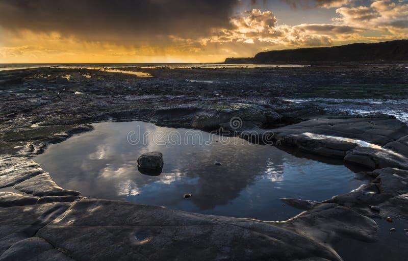 Χρυσές λίμνες βράχου ώρας σε Kimmeridge στην ακτή του Dorset στοκ εικόνα