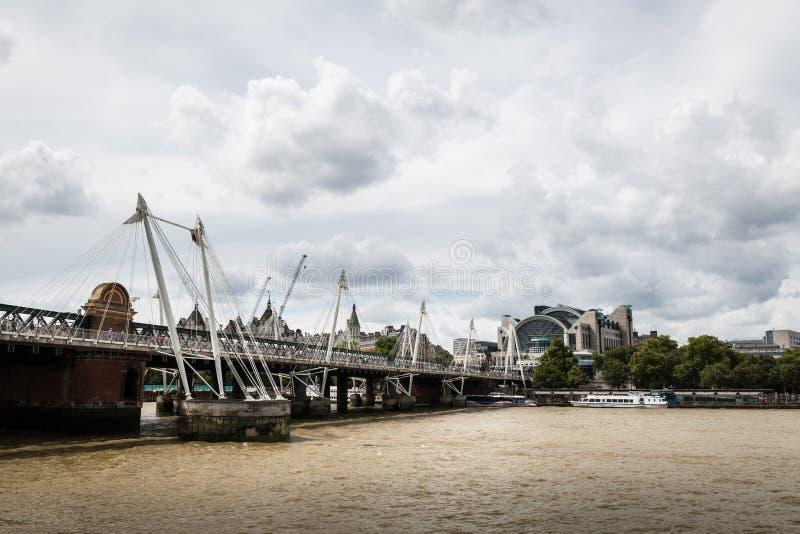 Χρυσές Γέφυρες της Ιωβηλαίας και Σταθμός Χαρτιών στο Λονδίνο στοκ εικόνα