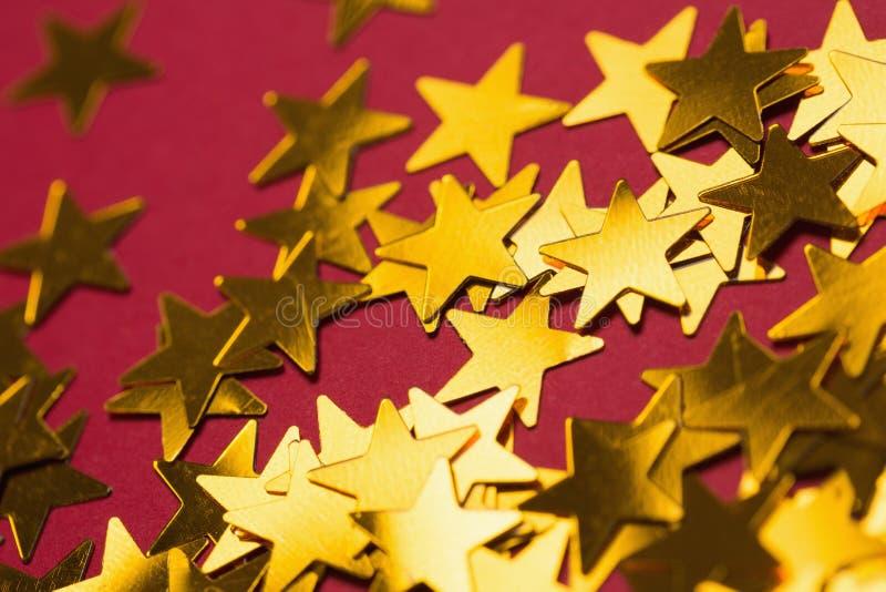 Χρυσές διακοσμήσεις αστεριών που διαδίδονται έξω στοκ φωτογραφίες