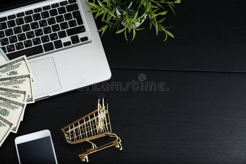 Χρυσές κάρρο, μετρητά και συσκευές σε έναν μαύρο πίνακα στοκ εικόνες με δικαίωμα ελεύθερης χρήσης
