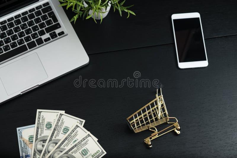 Χρυσές κάρρο, μετρητά και συσκευές σε έναν μαύρο πίνακα στοκ φωτογραφία με δικαίωμα ελεύθερης χρήσης
