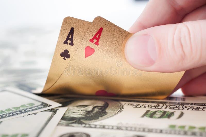 Χρυσές κάρτες πόκερ στοκ φωτογραφία