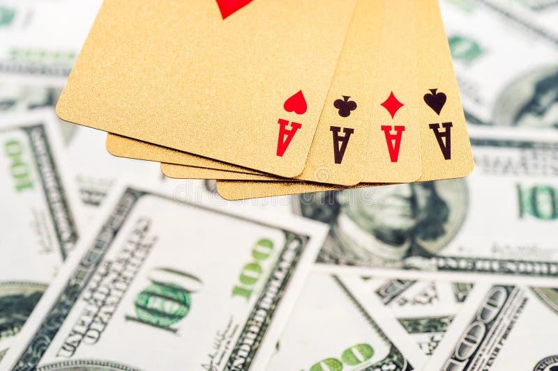 Χρυσές κάρτες πόκερ στοκ φωτογραφίες