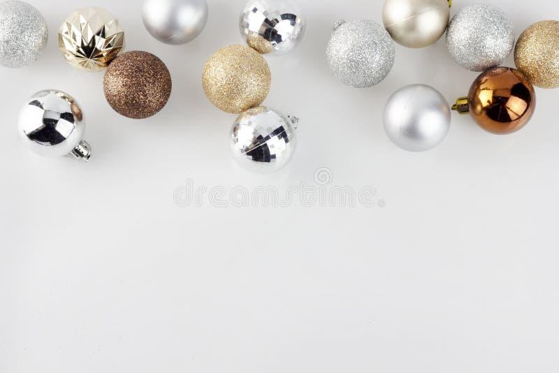 Χρυσές και ασημένιες σφαίρες διακοσμήσεων Χριστουγέννων στο σαφές άσπρο υπόβαθρο στοκ εικόνες