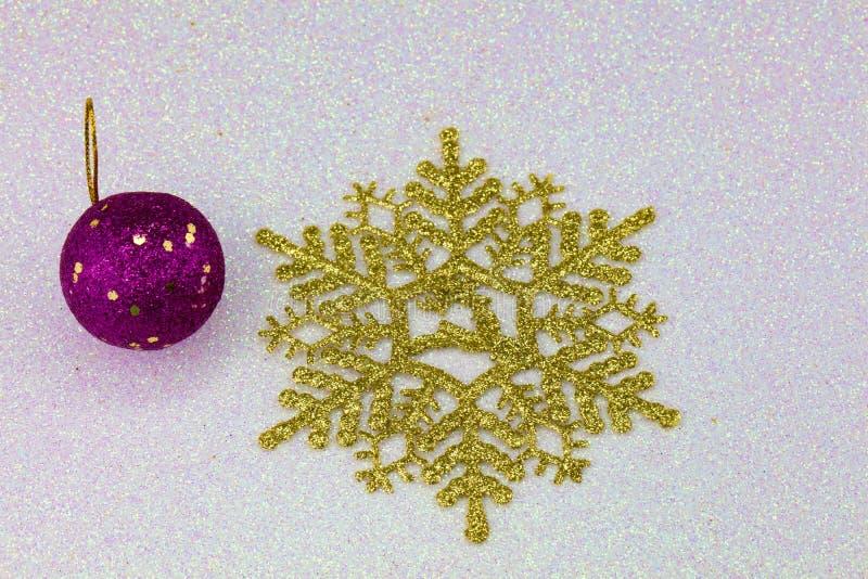Download Χρυσές νιφάδες χιονιού στοκ εικόνα. εικόνα από ευτυχής - 62708091