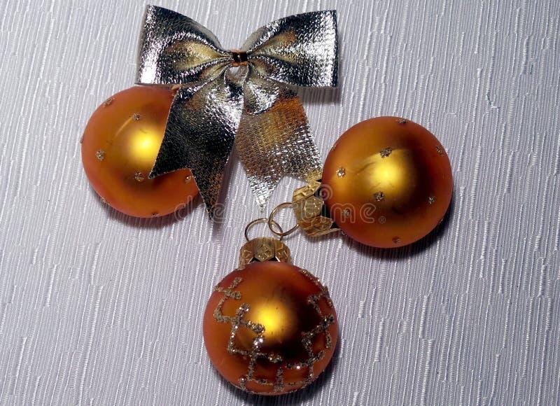 Χρυσές σφαίρες Χριστουγέννων και χρυσό τόξο στοκ φωτογραφία με δικαίωμα ελεύθερης χρήσης