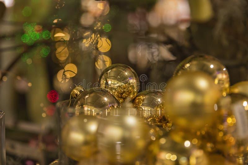 Χρυσές σφαίρες Χριστουγέννων που κρεμούν σε ένα δέντρο στοκ εικόνες
