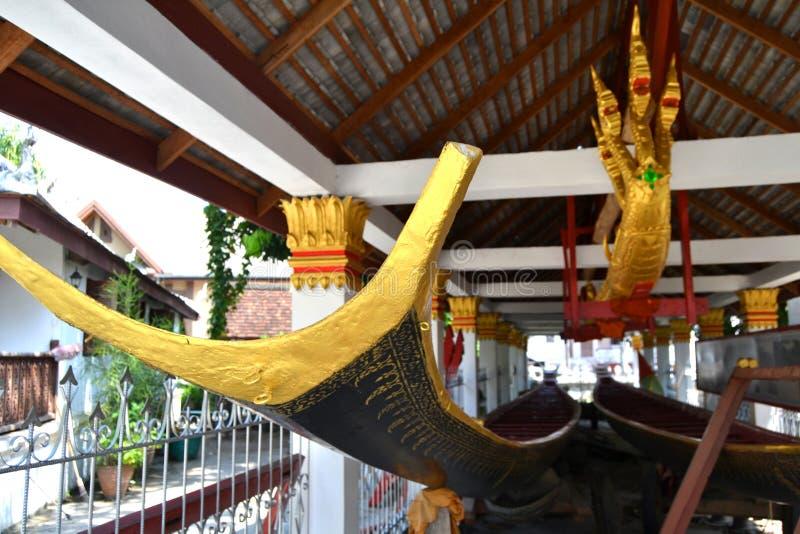 Χρυσές τοιχογραφίες αγαλμάτων και χάραξη στους βουδιστικούς ναούς Luang Prabang Λάος στοκ φωτογραφία