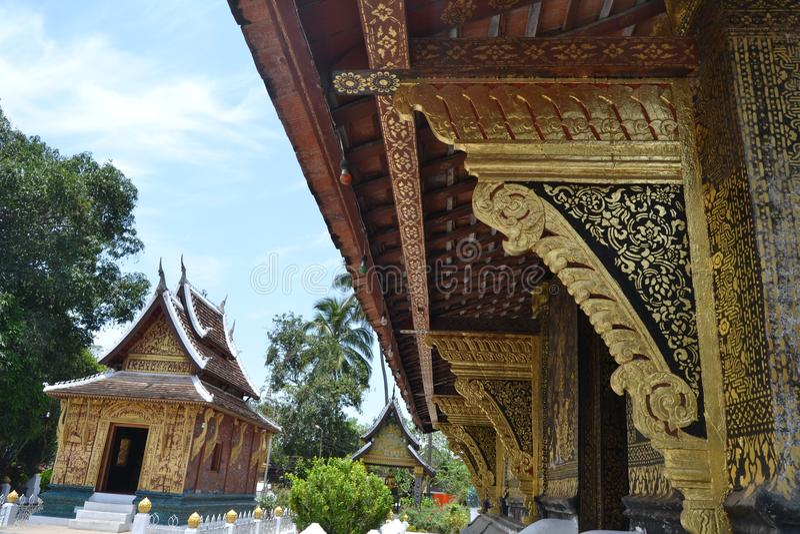 Χρυσές τοιχογραφίες αγαλμάτων και χάραξη στους βουδιστικούς ναούς Luang Prabang Λάος στοκ εικόνες με δικαίωμα ελεύθερης χρήσης