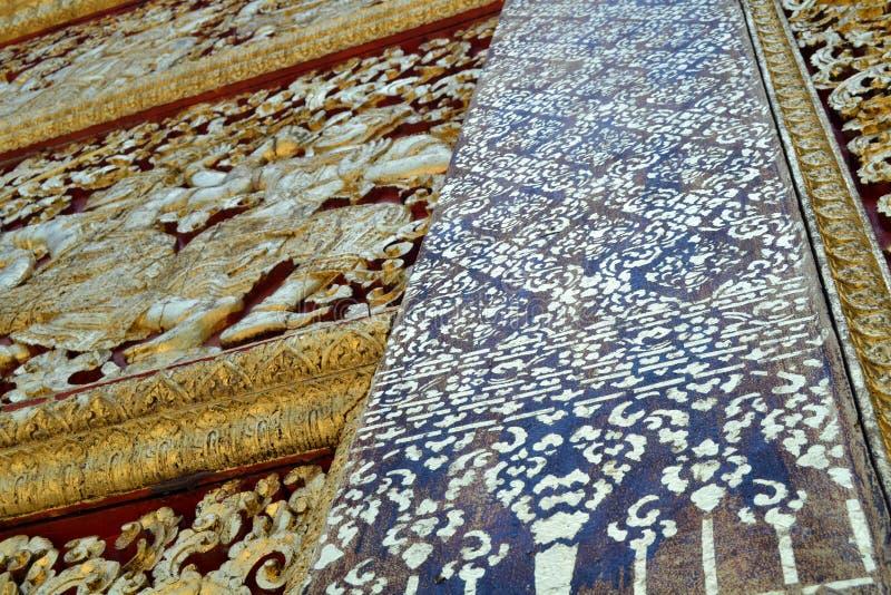 Χρυσές τοιχογραφίες αγαλμάτων και χάραξη στους βουδιστικούς ναούς Luang Prabang Λάος στοκ φωτογραφία με δικαίωμα ελεύθερης χρήσης