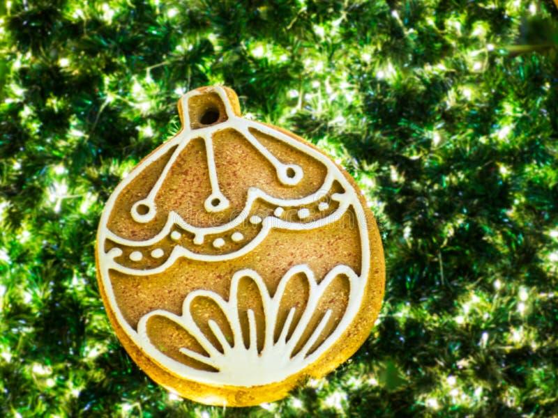Χρυσή ένωση σφαιρών στο χριστουγεννιάτικο δέντρο στοκ φωτογραφίες