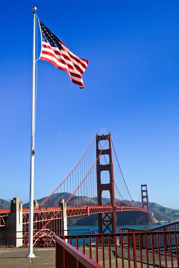Χρυσή αμερικανική σημαία γεφυρών πυλών στοκ εικόνες