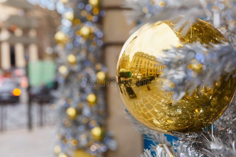 Χρυσή λαμπρή σφαίρα στην οδό Χριστουγέννων στο Παρίσι στοκ εικόνα με δικαίωμα ελεύθερης χρήσης