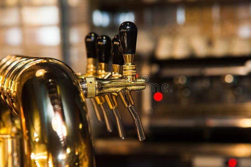 χρυσή βρύση μπύρας στοκ εικόνες
