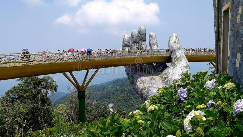 Χρυσή γέφυρα και γιγαντιαίο χέρι βρύου στοκ εικόνες με δικαίωμα ελεύθερης χρήσης