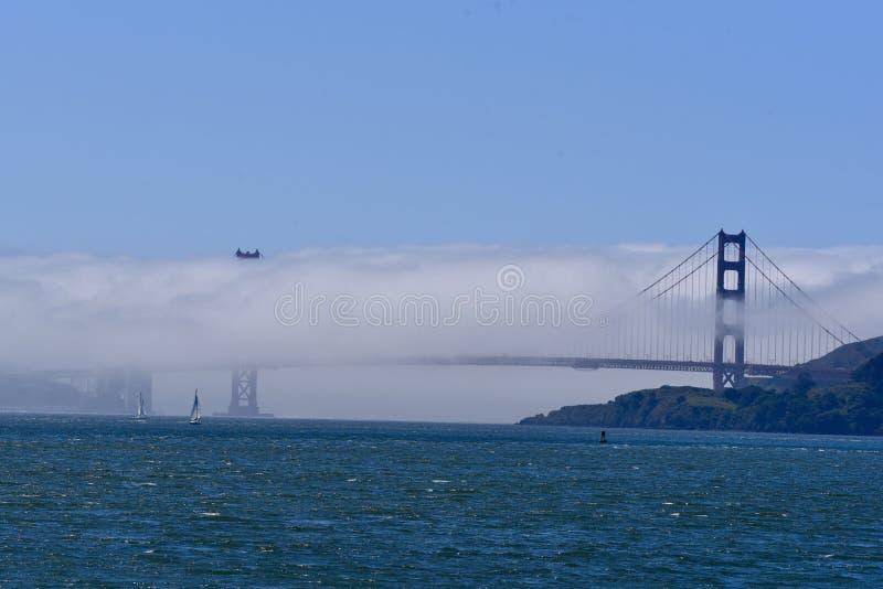 Χρυσή γέφυρα πυλών που περιβάλλεται στην ομίχλη στοκ εικόνες