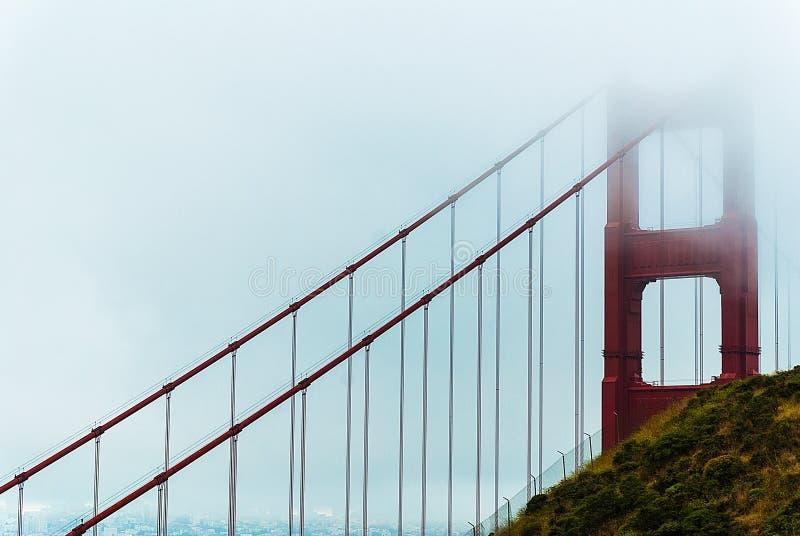 Χρυσή γέφυρα πυλών στην ομίχλη στοκ φωτογραφία