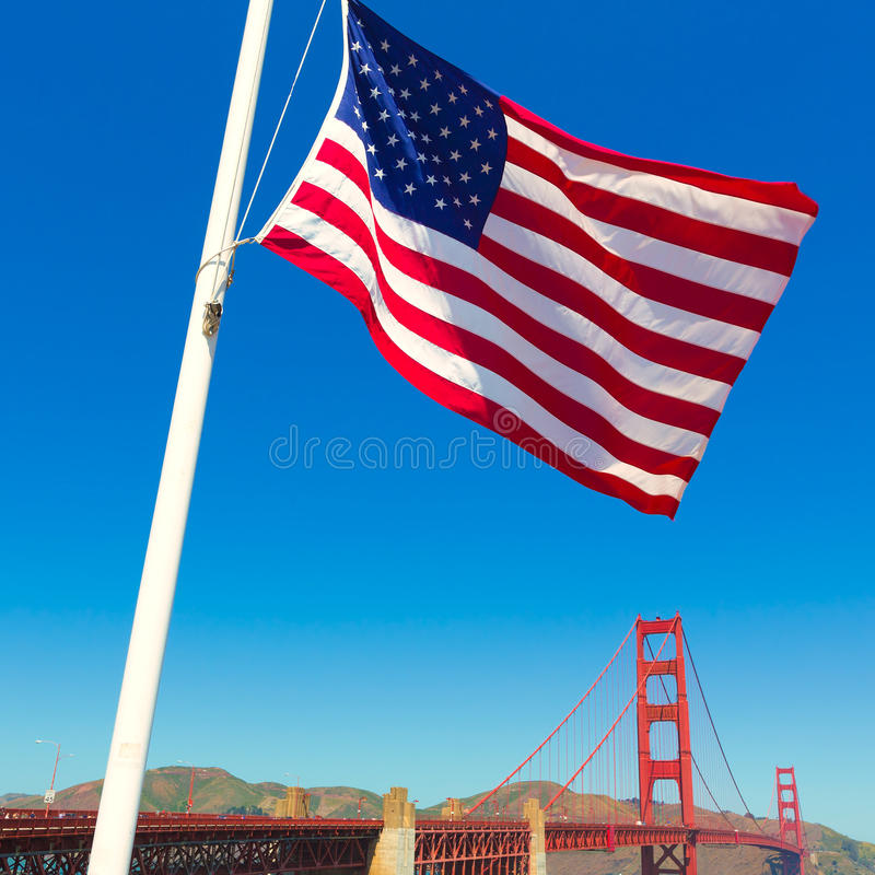 Χρυσή γέφυρα πυλών με την Ηνωμένη σημαία Σαν Φρανσίσκο στοκ εικόνα