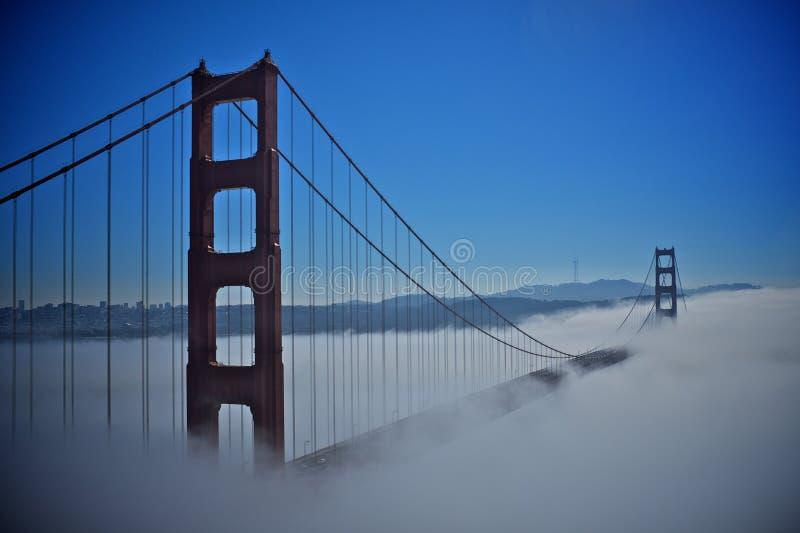 Χρυσή γέφυρα πυλών με την ομίχλη στοκ εικόνα με δικαίωμα ελεύθερης χρήσης