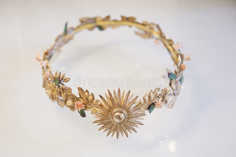Χρυσή γαμήλια τιάρα με τις διακοσμήσεις λουλουδιών στοκ εικόνες