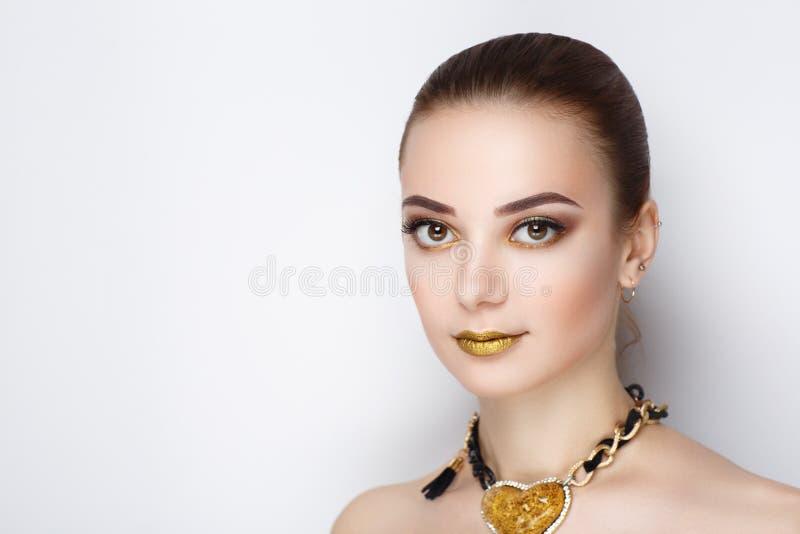 Χρυσή γυναίκα περιδεραίων καρδιών στοκ φωτογραφία