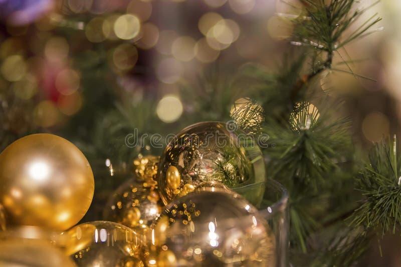 Χρυσή διακόσμηση στο χριστουγεννιάτικο δέντρο στοκ εικόνες