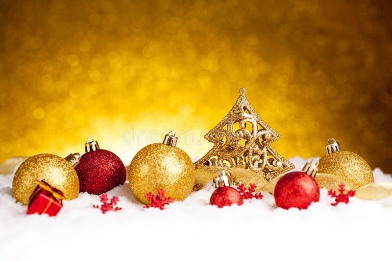 Χρυσή διακόσμηση δέντρων έλατου Χριστουγέννων με τις χρυσές και κόκκινες διακοσμήσεις στοκ εικόνα